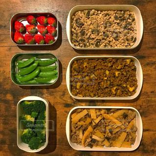 テーブルの上の様々な食品を詰めたプラスチックの容器の写真・画像素材[2088703]