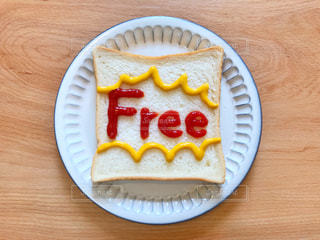 Freeの文字を書いたトーストの写真・画像素材[2212858]