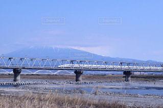 水の体の上を橋を渡る列車の写真・画像素材[1852330]