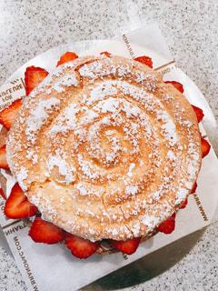 イチゴのホールケーキの写真・画像素材[1505759]