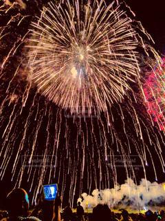 下から見る花火の写真・画像素材[1504606]
