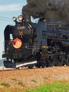 それから出てくる煙とトラックの蒸気機関車の写真・画像素材[1531573]