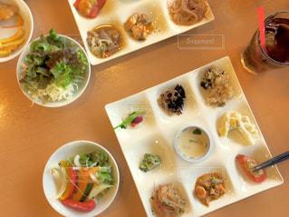 テーブルの上に食べ物のプレートの写真・画像素材[1626685]