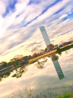 タワーと池と空の写真・画像素材[1626689]