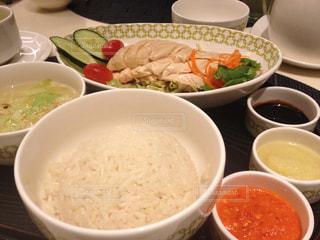 テーブルにあるスープのボウルの写真・画像素材[1506445]
