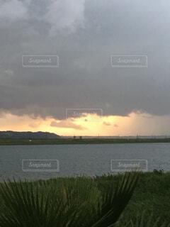 夕暮れの雨雲の写真・画像素材[1501738]