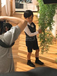 撮影中の男の子の写真・画像素材[1521704]