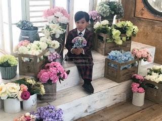 お花とスーツ姿の男の子の写真・画像素材[1521734]