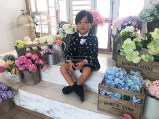 お花とスーツ姿の男の子の写真・画像素材[1521738]
