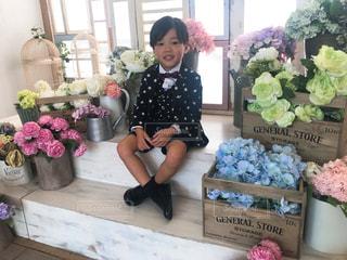 お花とスーツ姿の男の子の写真・画像素材[1521739]