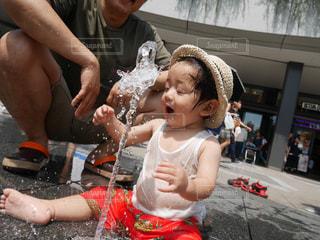 自分より高い噴水にびっくり!の写真・画像素材[1505545]