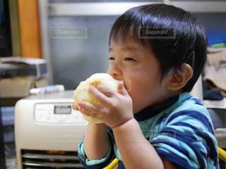 リンゴにかぶりつく男の子の写真・画像素材[1510873]