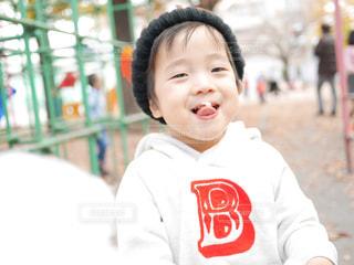 綿菓子食べる男の子の写真・画像素材[1510876]