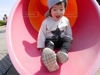 公園の滑り台で遊ぶ子の写真・画像素材[1511327]