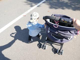 自分でベビーカー押して散歩の写真・画像素材[1515218]