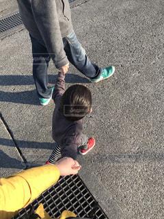 親子で手を繋いでの写真・画像素材[1714003]
