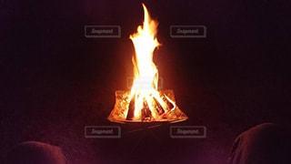キャンプで焚き火の写真・画像素材[2476253]