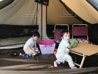 テントで遊ぶ兄弟の写真・画像素材[2479599]
