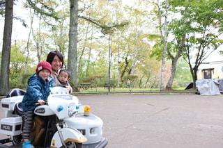 家族で小さな遊園地への写真・画像素材[2779616]