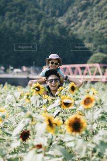 黄色の花の人の写真・画像素材[1503736]