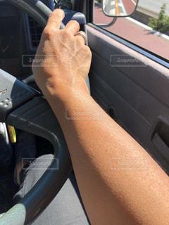 日焼けの女性運転手の写真・画像素材[1522622]