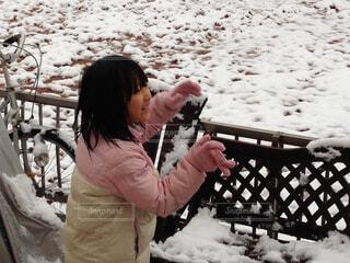 雪で楽しく遊び少女の写真・画像素材[1524740]