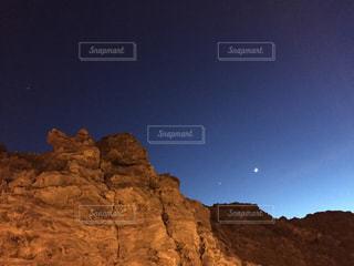 熔岩と月の写真・画像素材[1574302]