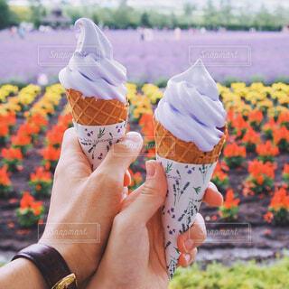 アイス クリーム コーンを持っている手の写真・画像素材[1507051]