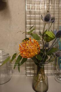 テーブルの上の花の花瓶の写真・画像素材[1507307]