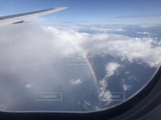 空を飛んでいる飛行機の写真・画像素材[1522786]