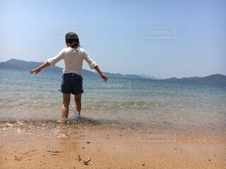 海に誘われての写真・画像素材[2472834]