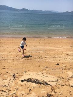 砂浜と女の子の写真・画像素材[2560793]