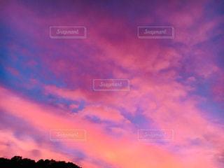 秋の夕暮れ空の写真・画像素材[2666212]