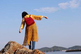 岩の上に立っている人の写真・画像素材[1168457]