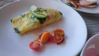 テーブルの上に食べ物のプレートの写真・画像素材[1562383]