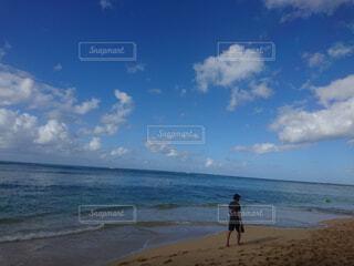 ビーチに立っている人の写真・画像素材[1562501]
