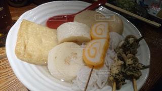 テーブルの上に食べ物のプレートの写真・画像素材[1562781]