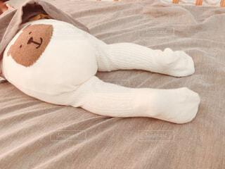 ベッドの上に座っている栗毛テディベアの写真・画像素材[1618516]