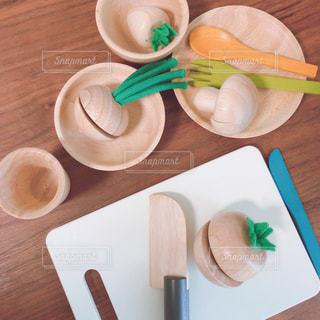 木製のテーブルの上に食べ物の皿の写真・画像素材[3247618]