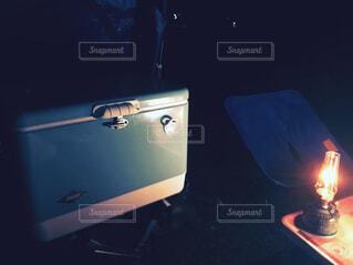 ガスランプとクーラーボックスの写真・画像素材[1508028]