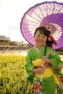 傘を保持している小さな女の子の写真・画像素材[1508904]