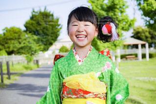 カメラに向かって笑みを浮かべて少女の写真・画像素材[1508905]