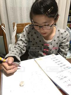 宿題する小学生の写真・画像素材[1597513]