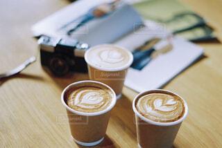 テーブルの上のコーヒー カップの写真・画像素材[1510092]