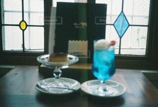 青い花瓶をテーブルの上でグラスの写真・画像素材[1510094]