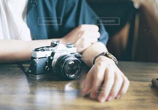 テーブルの上のカメラを使用している人の写真・画像素材[1510095]