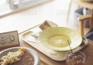 テーブルの上に食べ物のプレートの写真・画像素材[1610857]