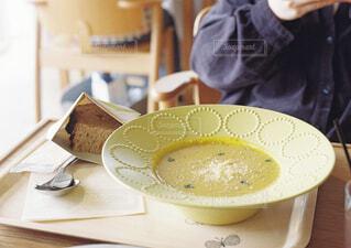 食品のプレートをテーブルに着席した人の写真・画像素材[1610858]