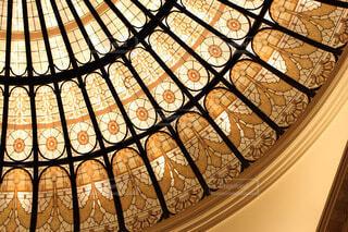天井の大きなステンドグラスの写真・画像素材[4202691]