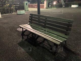 夜の公園のベンチの写真・画像素材[4220156]